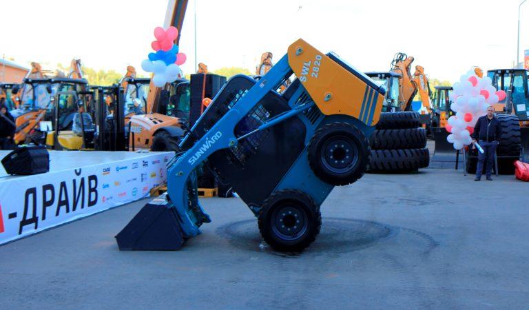 Демонстрация мини-погрузчика Sunward SWL2820 на фестивале спецтехники «Аврора Драйв» от МаксиСклад